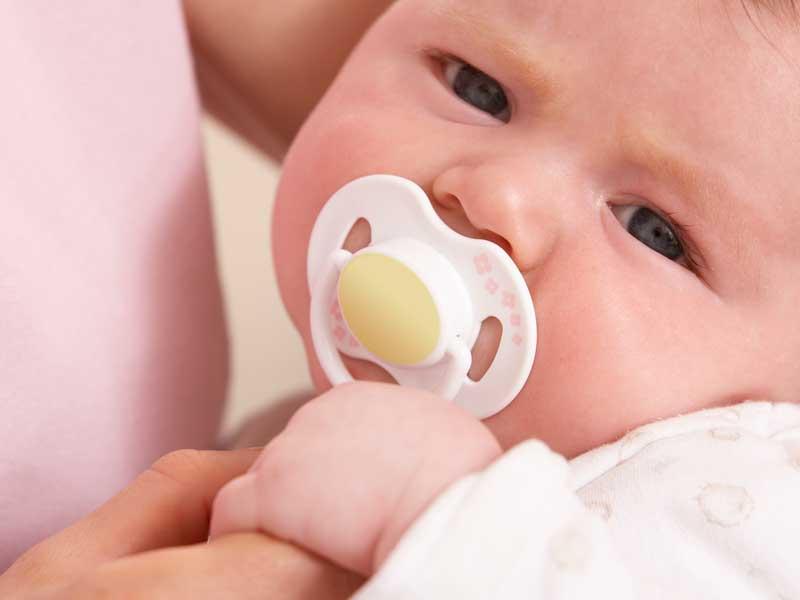 おしゃぶりする新生児の赤ちゃん