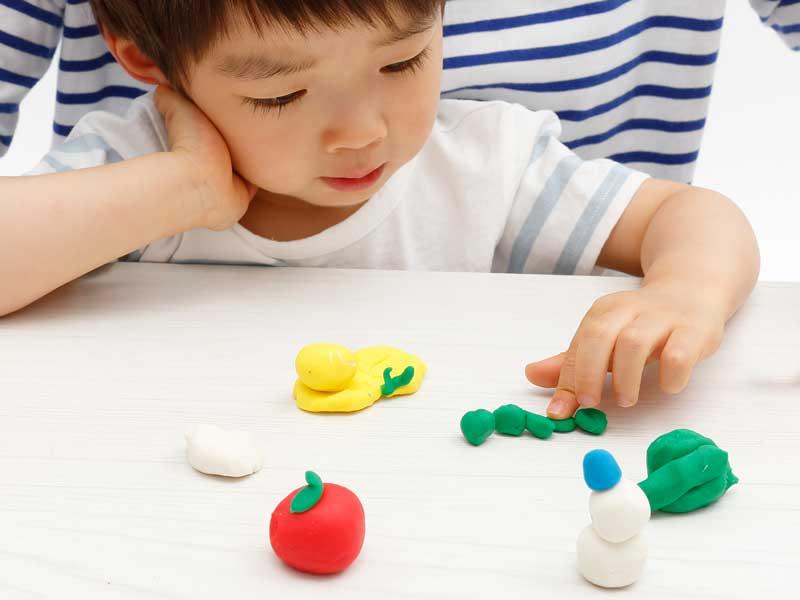 ママと粘土遊びをしている男の子