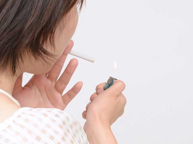 たばこを吸うお母さん