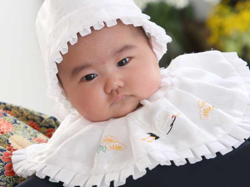 伝統的服装を着てお宮参りする赤ちゃん