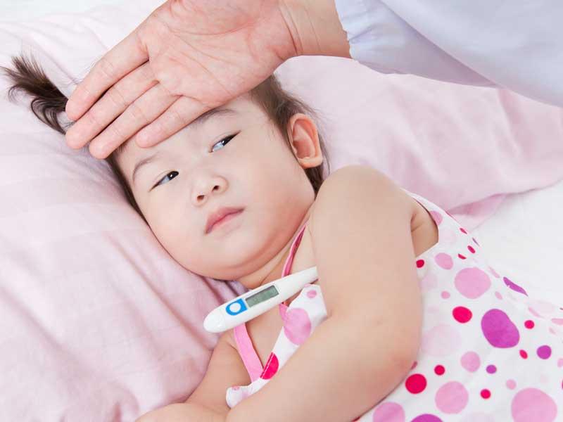 熱を出している子供