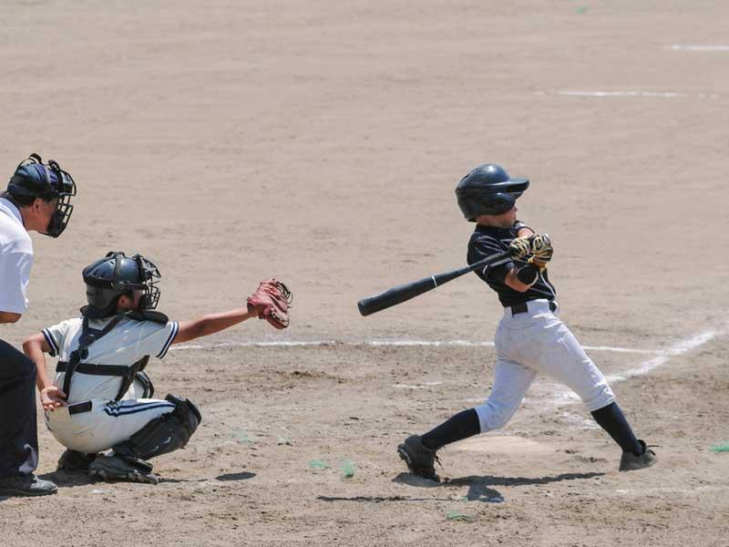 野球の試合をしている少年達
