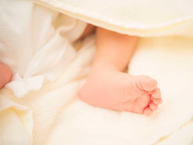 生まれたばかりの赤ちゃんの足