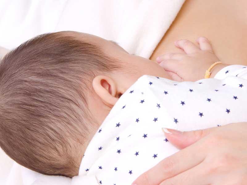 母乳を飲んでいる赤ちゃん