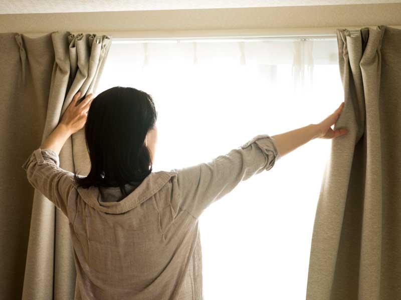 カーテンを開けるお母さん