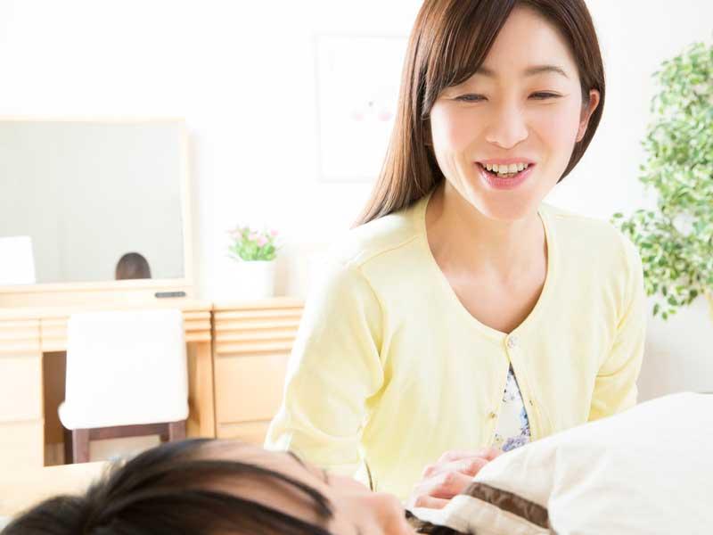 優しい声で子供を起こすママ