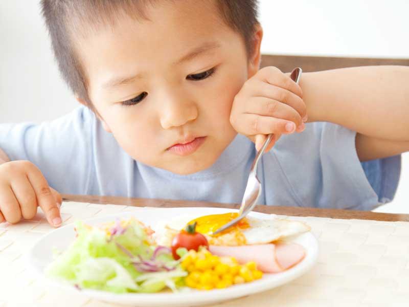 朝食を食べてる男の子