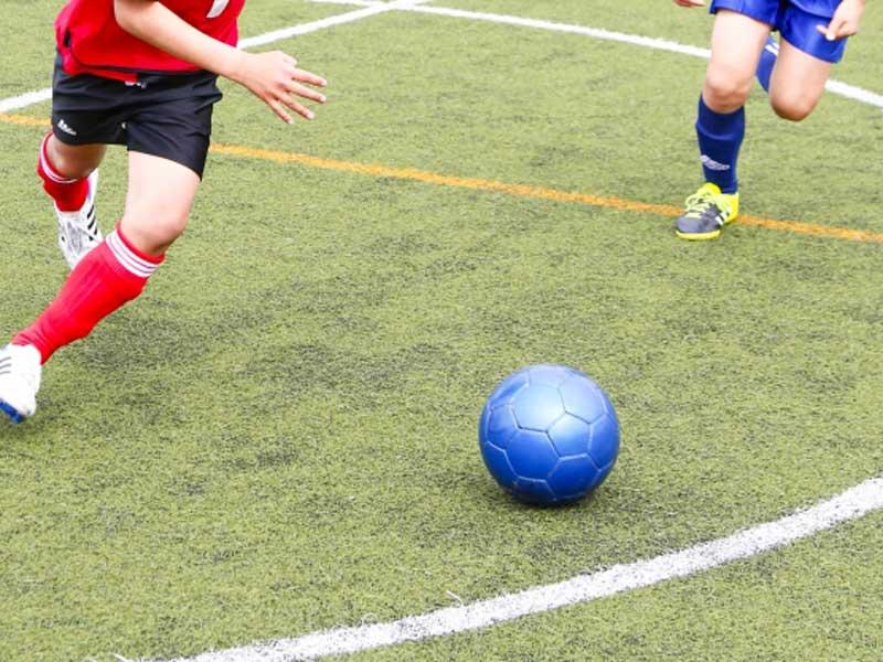 サッカーをしている少年達
