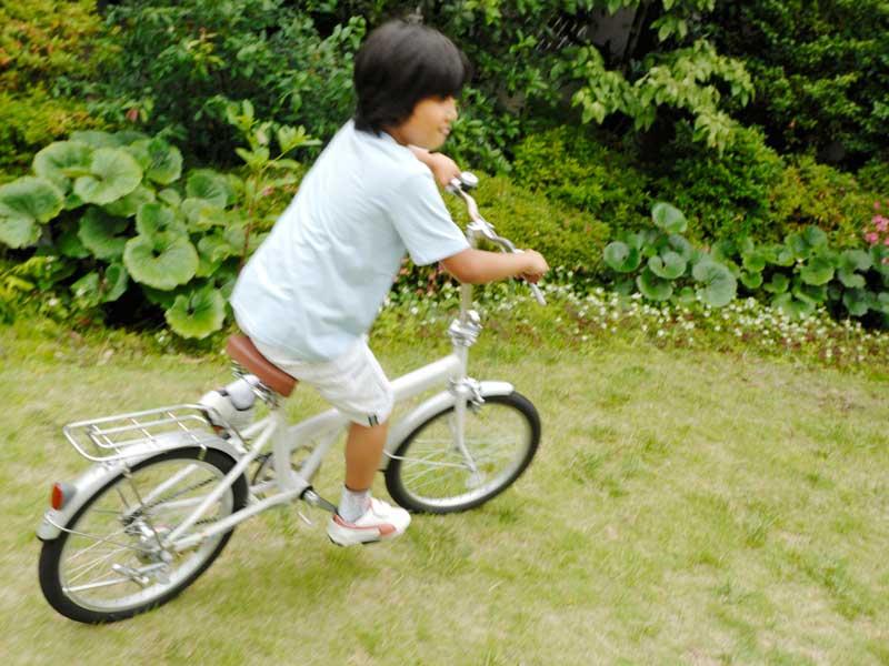 自転車を乗っている小学生
