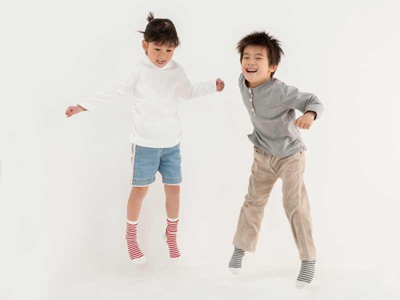ジャンプをする子供達