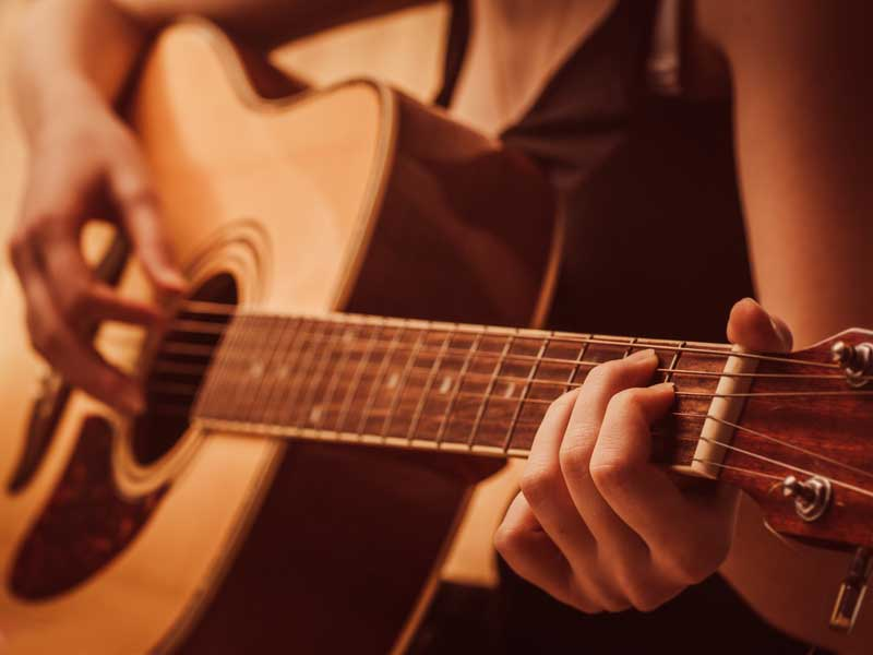 アコースティックギターを引く友人