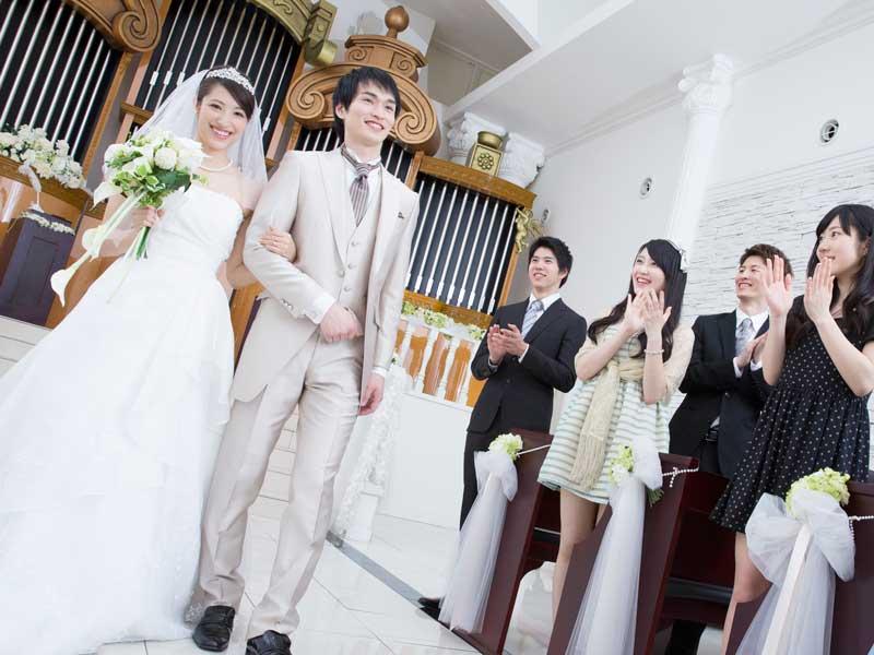 結婚式に参加する友人達