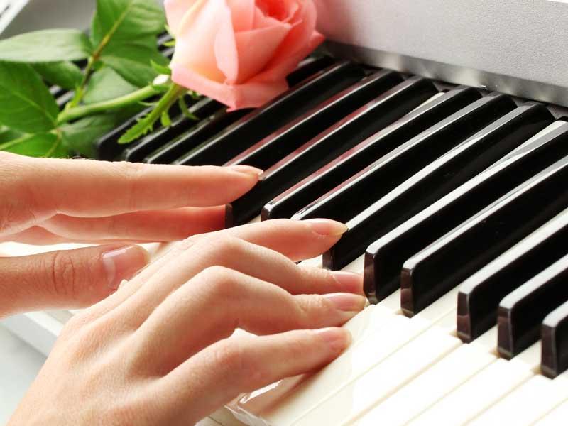 ピアノの演奏をしている女性の手