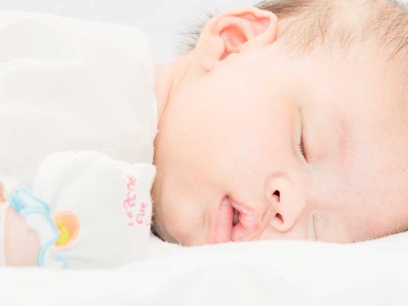 うつぶせ寝の赤ちゃん