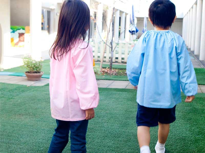 幼稚園で遊んでいる子供達