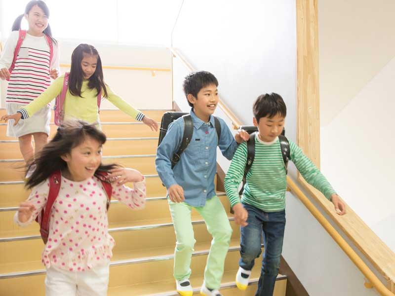 階段を下りる小学生達