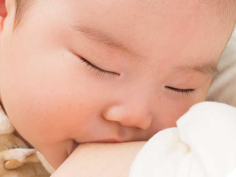 添い乳で寝かしつけられている赤ちゃん
