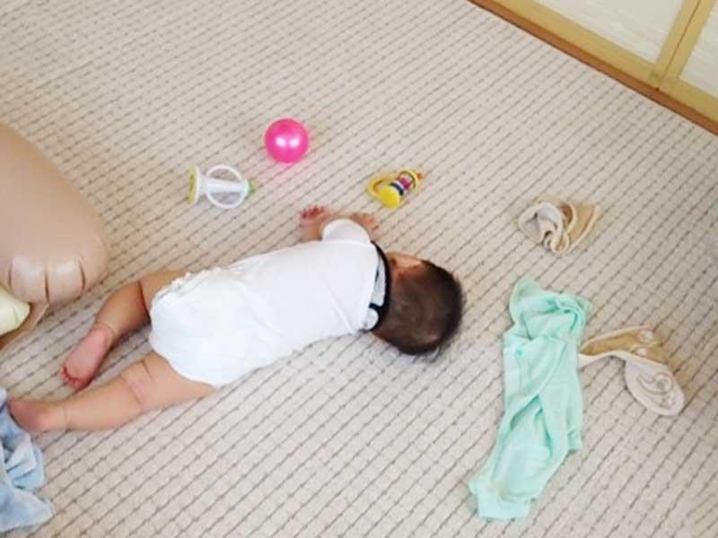 遊び疲れて寝ている赤ちゃん