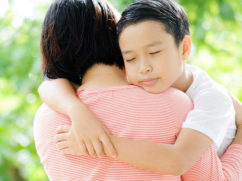 抱きしめる親子