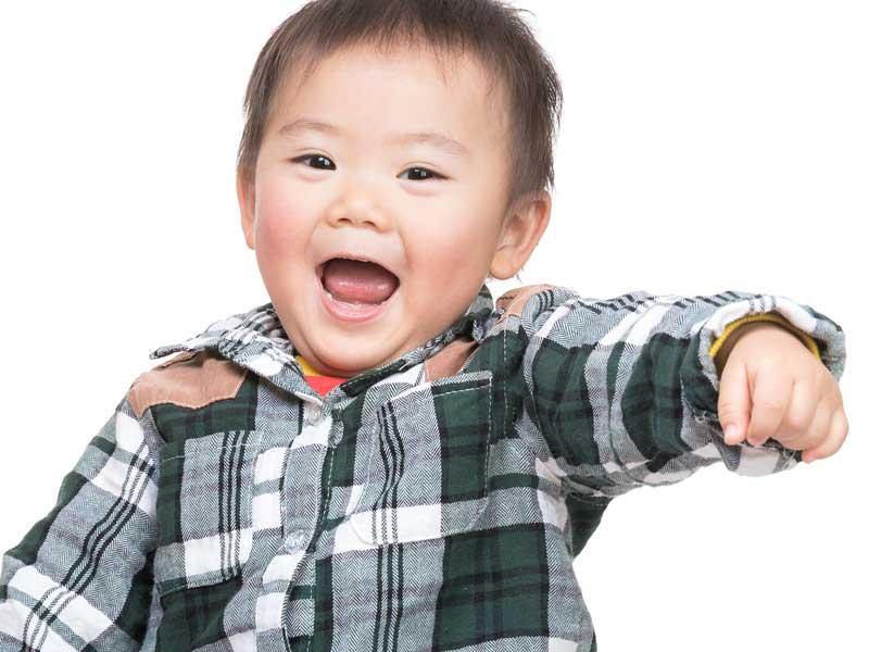 元気で興奮している赤ちゃん