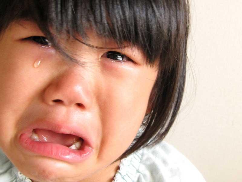 泣いている三歳の女の子