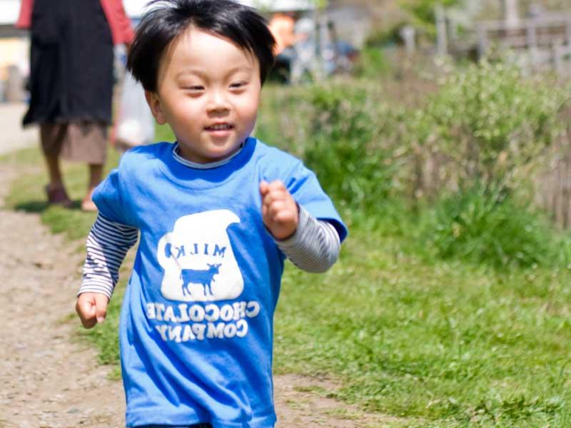 走っている男の子