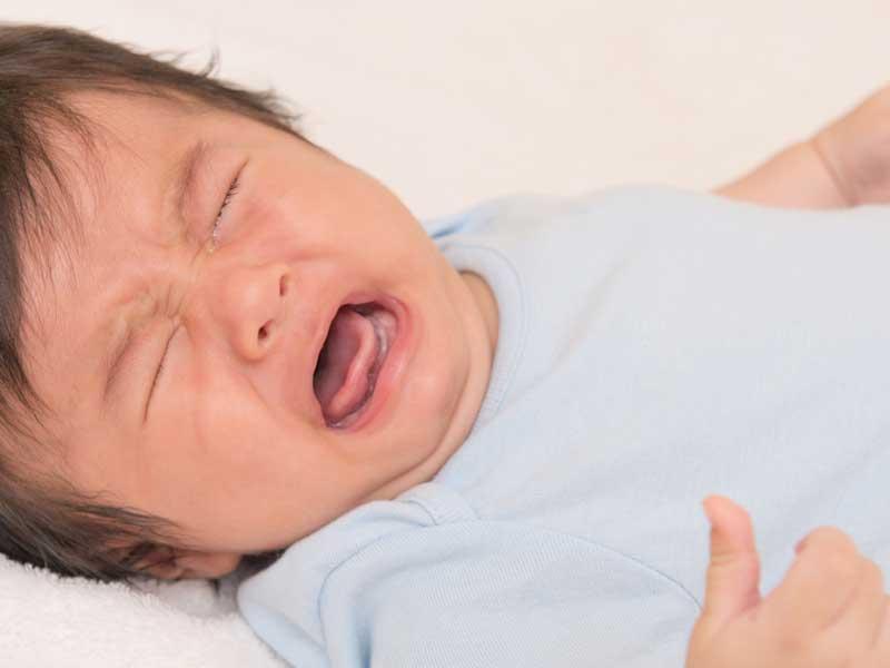 激しく泣く赤ちゃん
