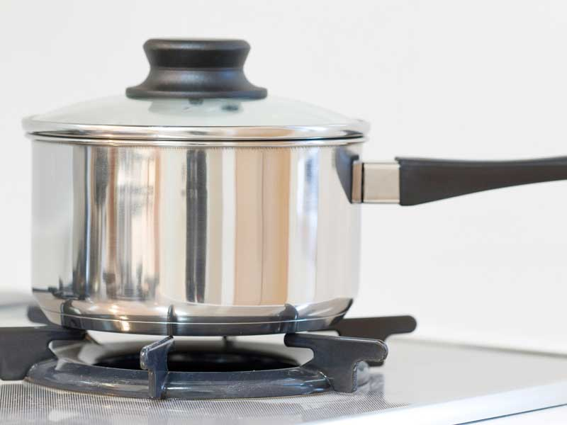 調理用の鍋とコンロ