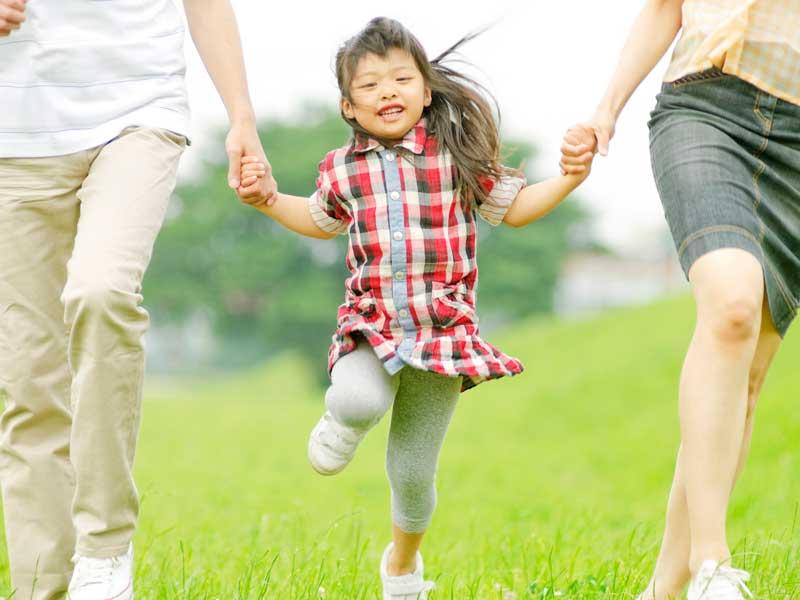 子供と手を繋いでいる両親