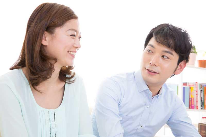 談笑する夫婦