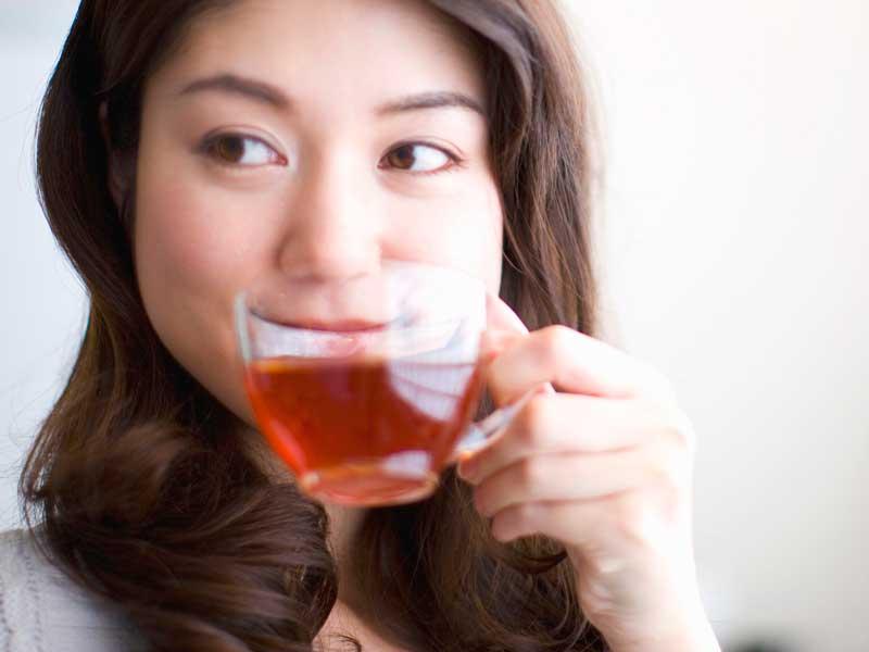 カフェインゼロのお茶を飲んでいる妊婦さん