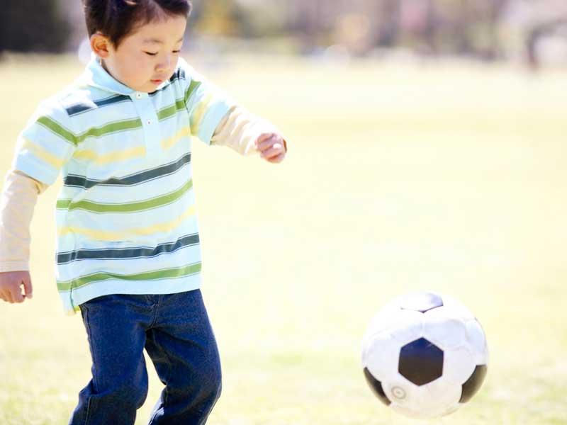 サッカーボールで遊んでいる子供