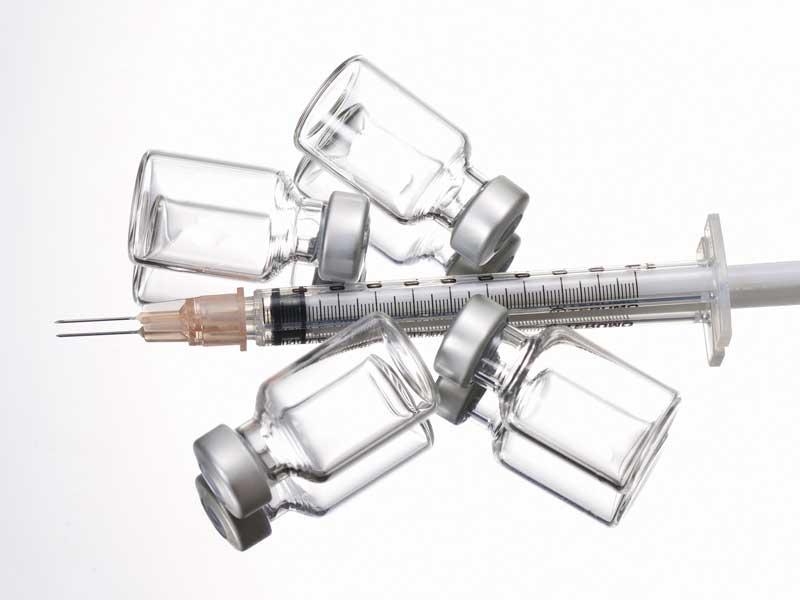 使用済みの注射器とワクチンの瓶
