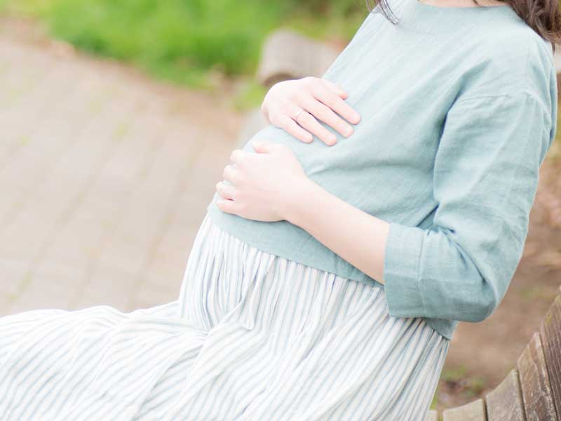 胎動を感じる妊婦さん
