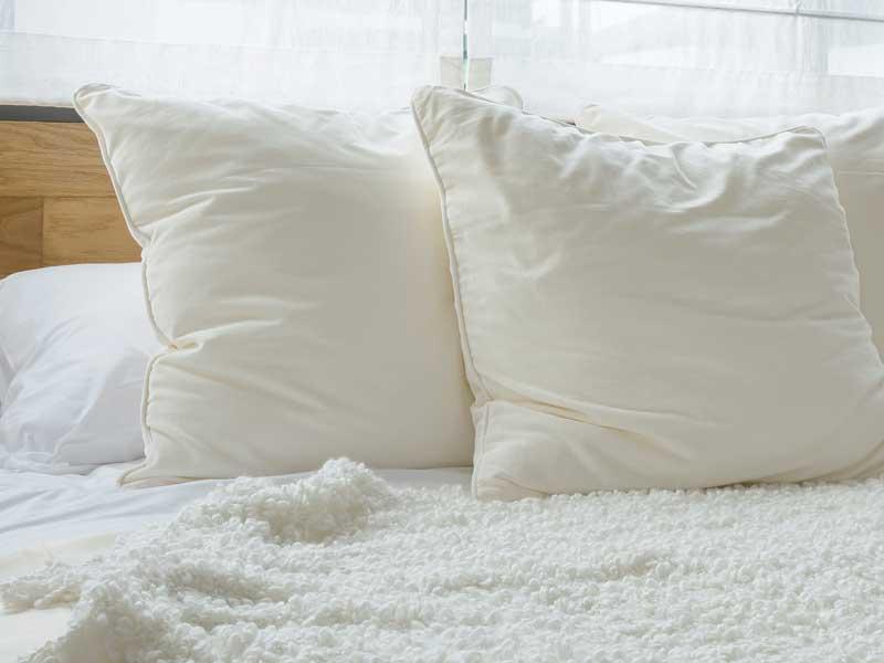 クッションを置いてあるベッド