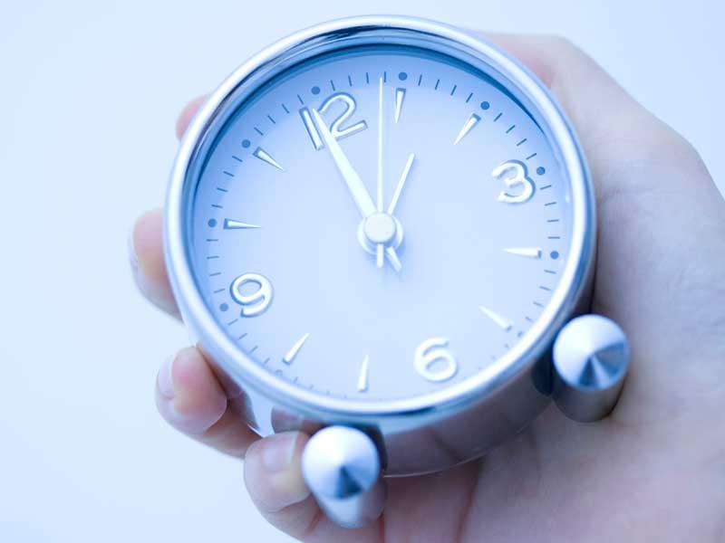 時計を持つ女性の手