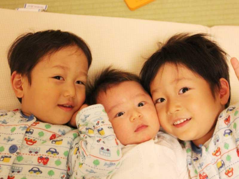 赤ちゃんの三兄弟