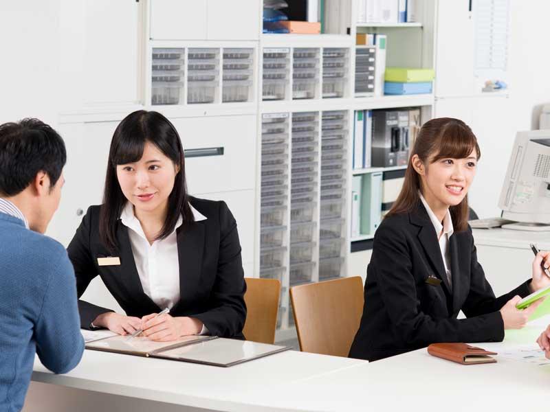 仕事中の女性達