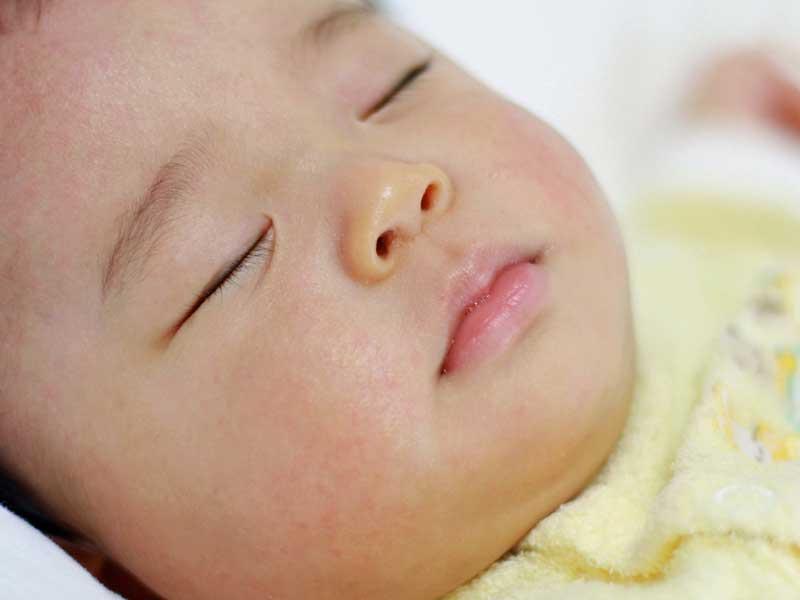 寝ている新生児の赤ちゃん