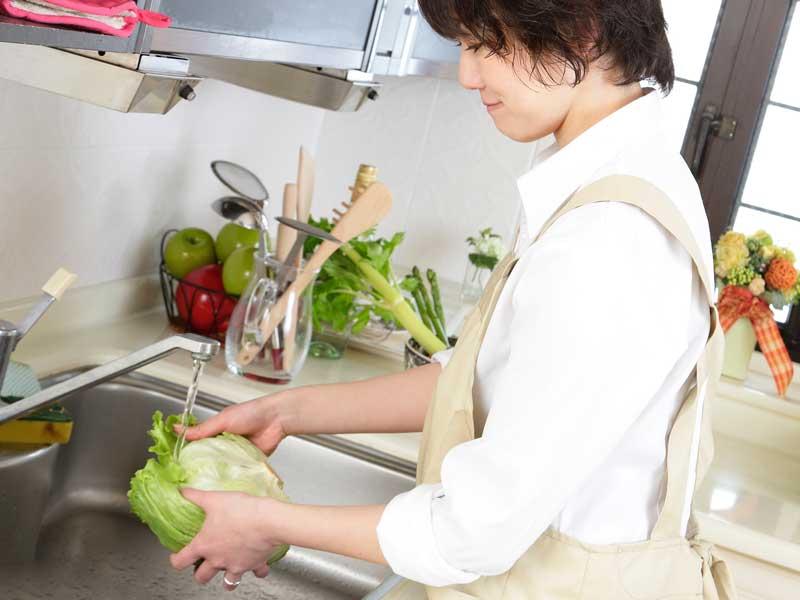 料理をしているお母さん