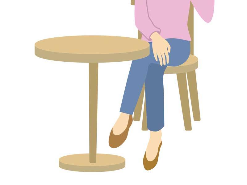 脚を組んで座っているママのイラスト