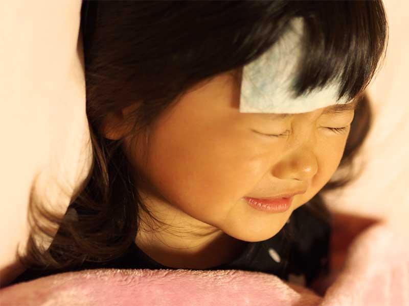 熱が出て寝てる女の子