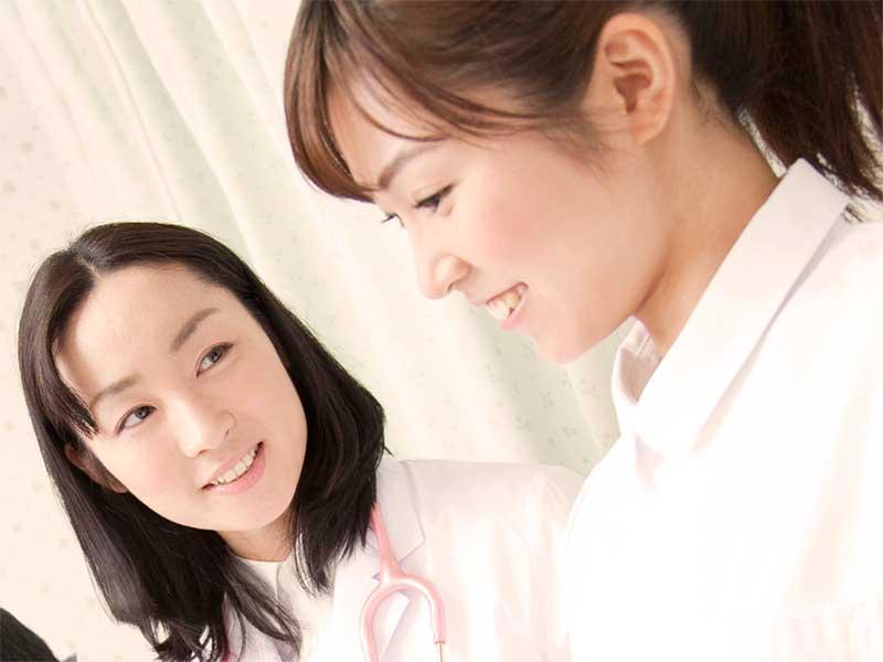 産婦人科の医師と看護師