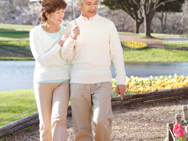 散歩をしている中年夫婦