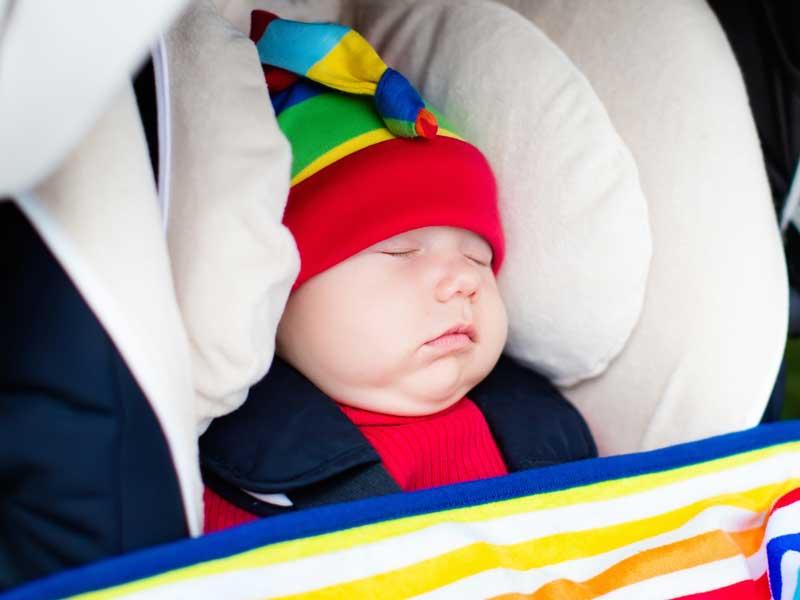 ベビーカーの中で気持ち良く寝る赤ちゃん