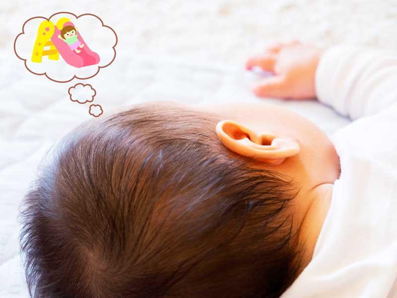 夢を見ている赤ちゃん