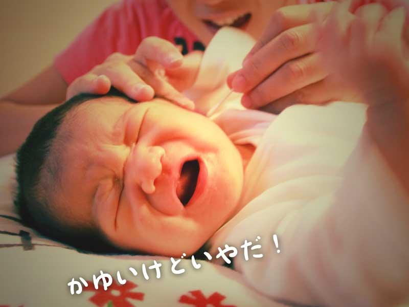 耳掃除で泣いている赤ちゃん