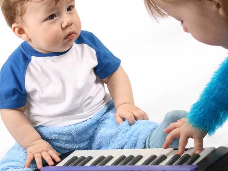 ピアノで遊ぶ赤ちゃん兄弟