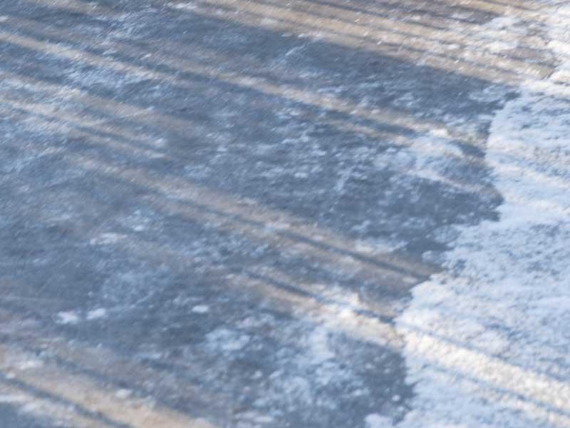 氷った滑りやすい歩道