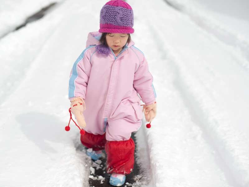 雪道を歩いている子供